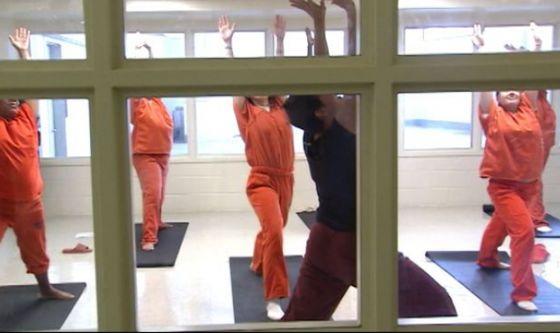 Lo yoga entra in carcere: 10 benefici per i detenuti