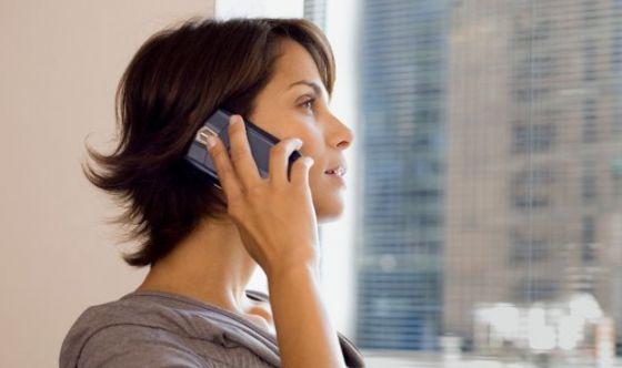 Le donne dipendono dai cellulari più degli uomini