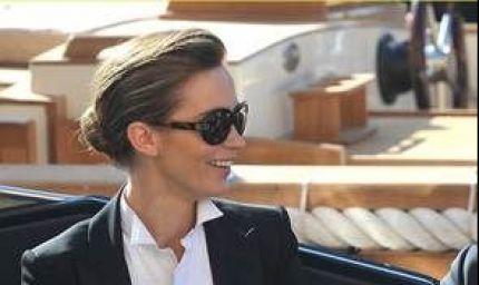 Emily Blunt non rinuncia agli occhiali da sole