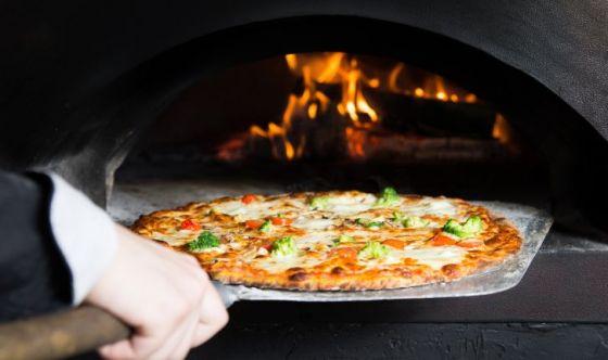 Italiani a cena fuori: vince la pizza, sì alle recensioni