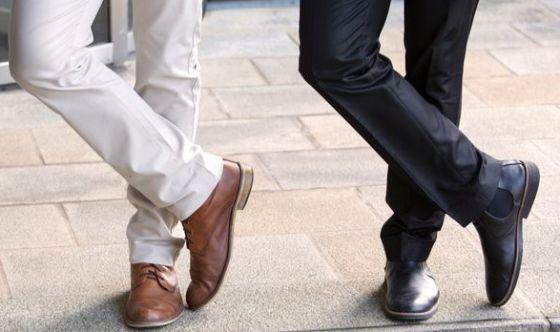 Anche le donne guardano le gambe