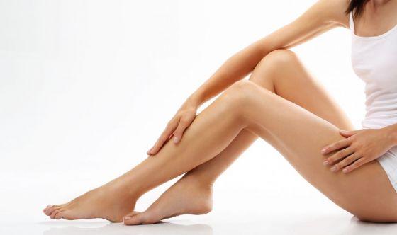 Dalla dieta alla doccia, le dritte per le gambe gonfie