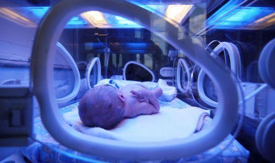 Prematuri e rischi Covid: sì a genitori in terapia intensiva