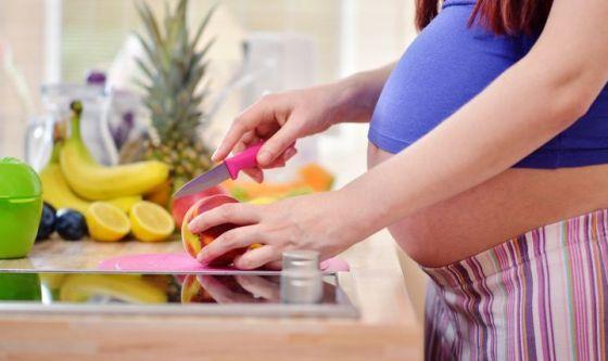 In gravidanza serve equilibrio e non mangiare per due