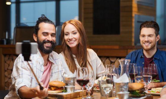 Tutti pazzi per il food selfie, l'autoscatto a tavola
