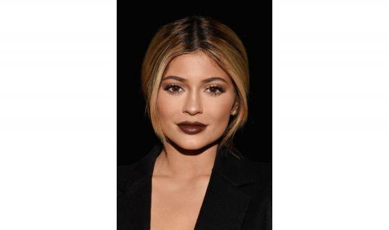Kylie Jenner svela sui social la beauty routine della sera
