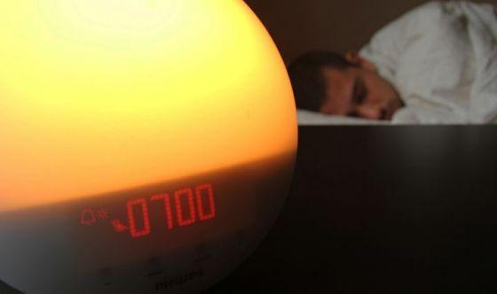 Una sveglia con luce per svegliarsi più naturalmente