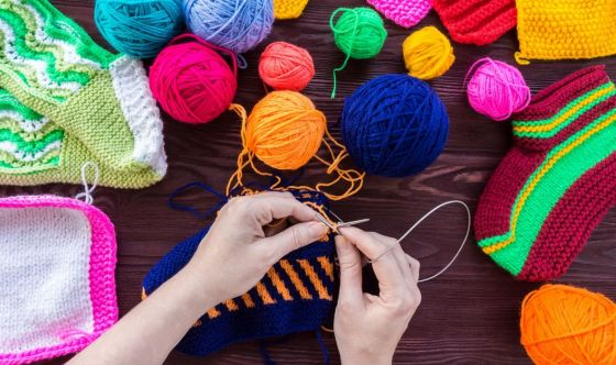 Lavorare a maglia e all'uncinetto giova alla salute