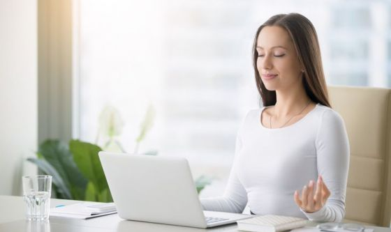 Lavoro, 9 su 10 a rischio burnout: la meditazione aiuta
