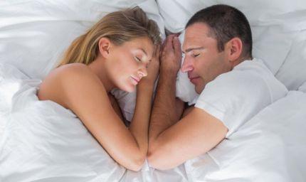 Moglie soddisfatta? La coppia dorme in sincronia