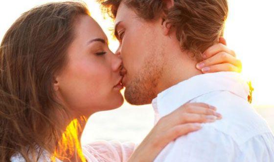 Mononucleosi, sintomi e cure della famosa malattia del bacio