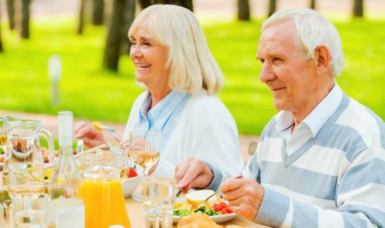 Nonni a tavola: crisi e solitudine cambiano le abitudini