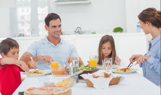 Pasti in famiglia e un ambiente sereno contro l'obesità
