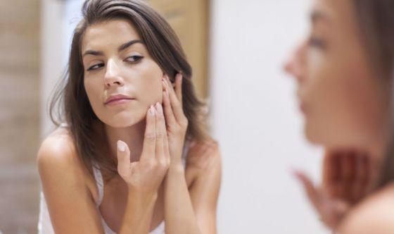 Pelle acneica: dallo skincare al make up, tutte le armi