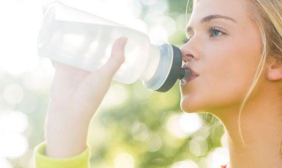 Bere acqua fa bene alla pelle: lo prova la scienza