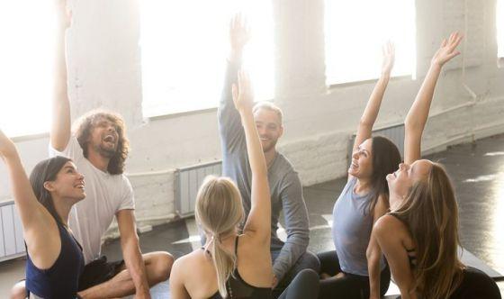 Come lo yoga della risata può aiutare il corpo e la mente