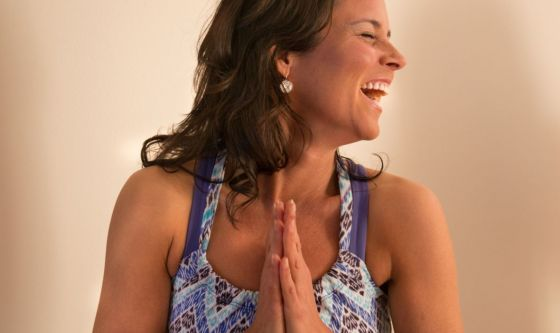 Ridere senza motivo: un esercizio pratico di yoga
