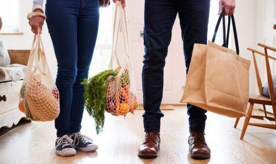 Vestiti e scarpe possono portare dentro casa il virus?