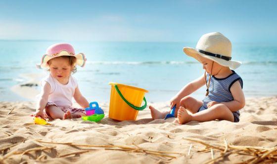 Bimbi in vacanza: come prevenire colpi di sole e di calore