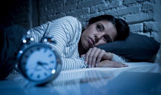 Le donne che dormono poco a maggior rischio cadute