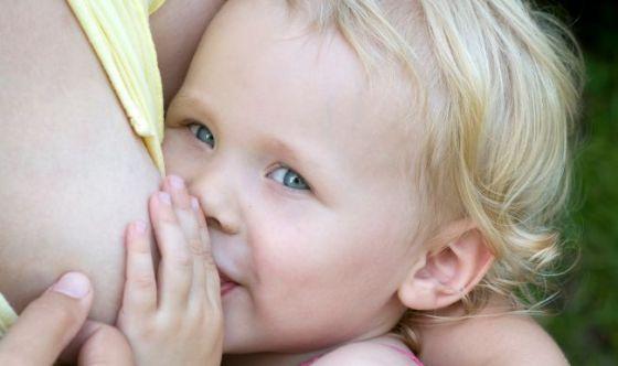 Cosa spinge le donne ad allattare al seno anche dopo l'anno?
