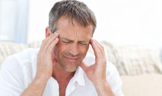 Anche gli uomini hanno mal di testa, ma non chiedono aiuto