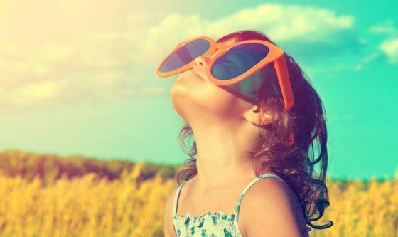 Bimbi: anche in autunno servono gli occhiali da sole?