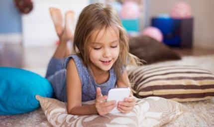 Smartphone e bimbi: sì o no? Le regole degli esperti