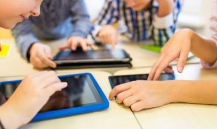 Bimbi e tablet: le regole per non esagerare