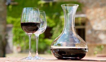 Un bicchiere di vino rosso contro la carie