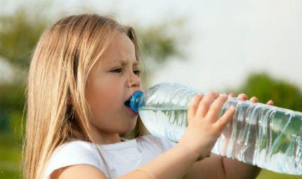 Bimbi: una bottiglietta d'acqua contro il caldo