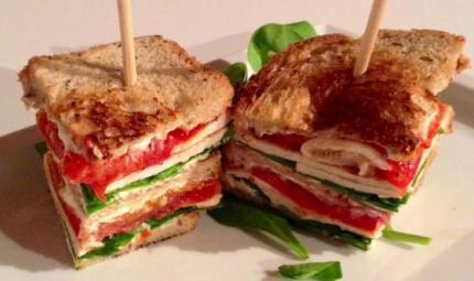 Club sandwich di pollo e pomodoro al forno