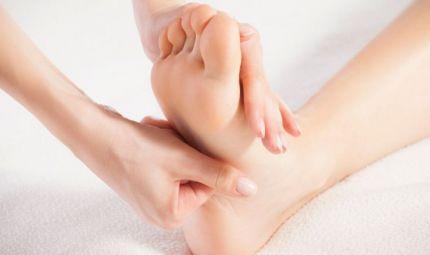 Curare il mal di schiena massaggiando i piedi