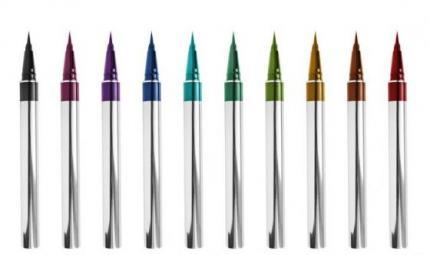 Eyeliner arcobaleno, la tendenza pop dell'estate
