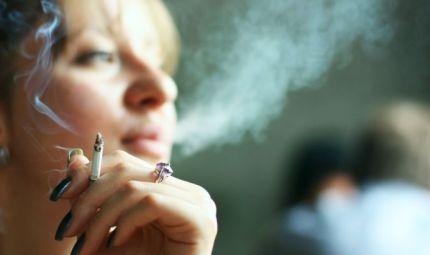 Fumare provoca anche gravi danni alla schiena