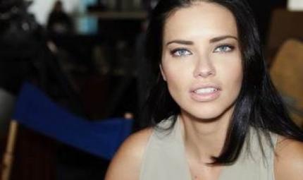 Adriana Lima: il rossetto? Acceso e mat