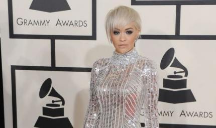 Rita Ora in total look argento con focus sugli occhi