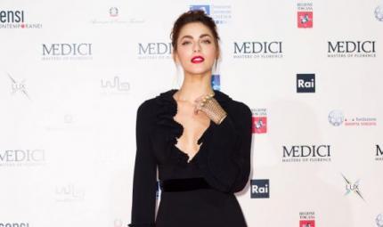 Miriam Leone: chignon morbido e labbra rosso fuoco