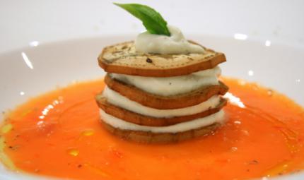 Millefoglie di melanzana, ricotta e coulis di pomodoro