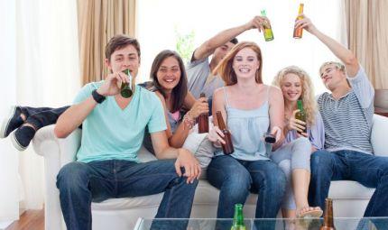 Neknomination: i giovani giocano con l'alcol