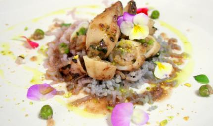 Calamari con crema di piselli, patate violette e pistacchi