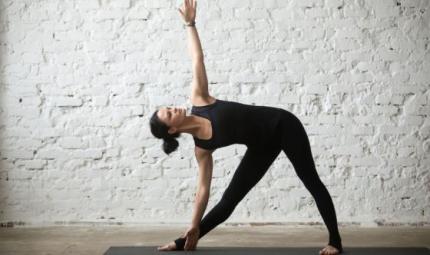 Trikonasana, come eseguire il triangolo e i benefici