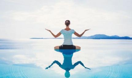 Yoga a pelo d'acqua: portare la pratica al mare