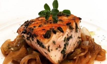 Cubo di salmone marinato al Sencha e indivia belga al sesamo