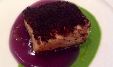 Tao di piselli e patate violette con cubo di salmone