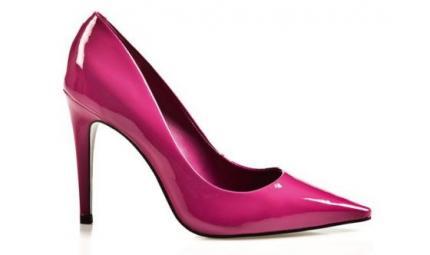 I danni delle scarpe col tacco sui piedi di una cameriera