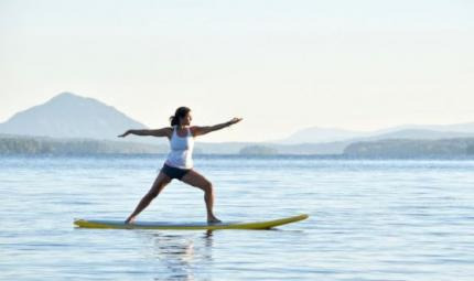 Yoga su una tavola da surf