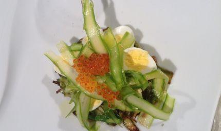 Uova di quaglia con asparagi e uova di salmone