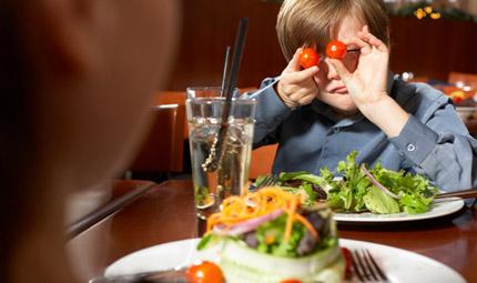 Bimbi a tavola: troppo o troppo poco?