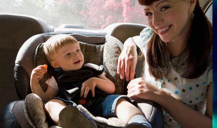 Bimbi soli in auto: sei regole per non dimenticarli